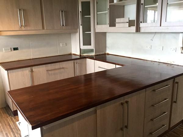Concretarte elementos decorativos y mobiliario quito ecuador for Modelos de mesones de cocina fotos